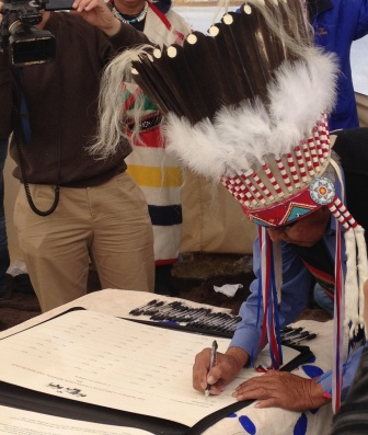 Chief Earl Old Person of the Blackfeet Nation signs the Buffalo Treaty near Browning, Montana.  Photo: Amanda Hardy/WCS